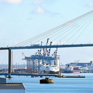 PHOTO FRANCOIS DESTOC / LE TELEGRAMME SAINT-NAZAIRE (44) : Pont sur la Loire ,  en fond usines ,  grand port maritime , terminal méthanier de Montoir